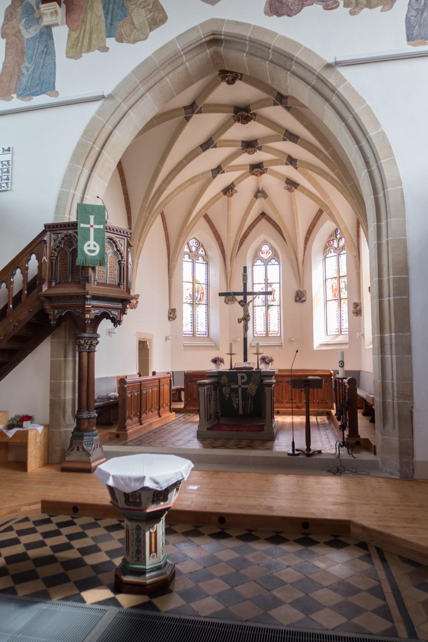 Chor mit Kanzel, Taufstein und Altar