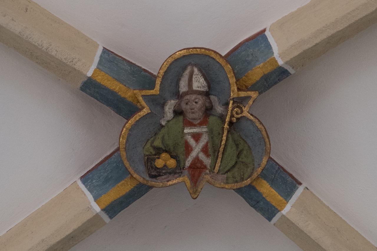 Schlussstein im Chorgewölbe (Nikolaus)