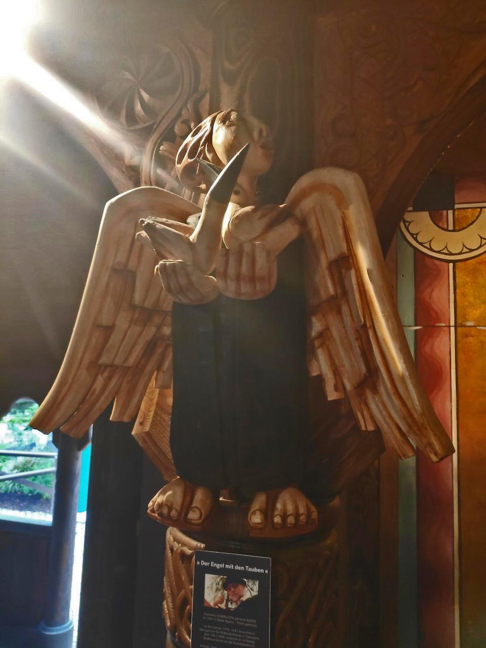 """Skulptur """"Der Engel mit den Tauben"""""""