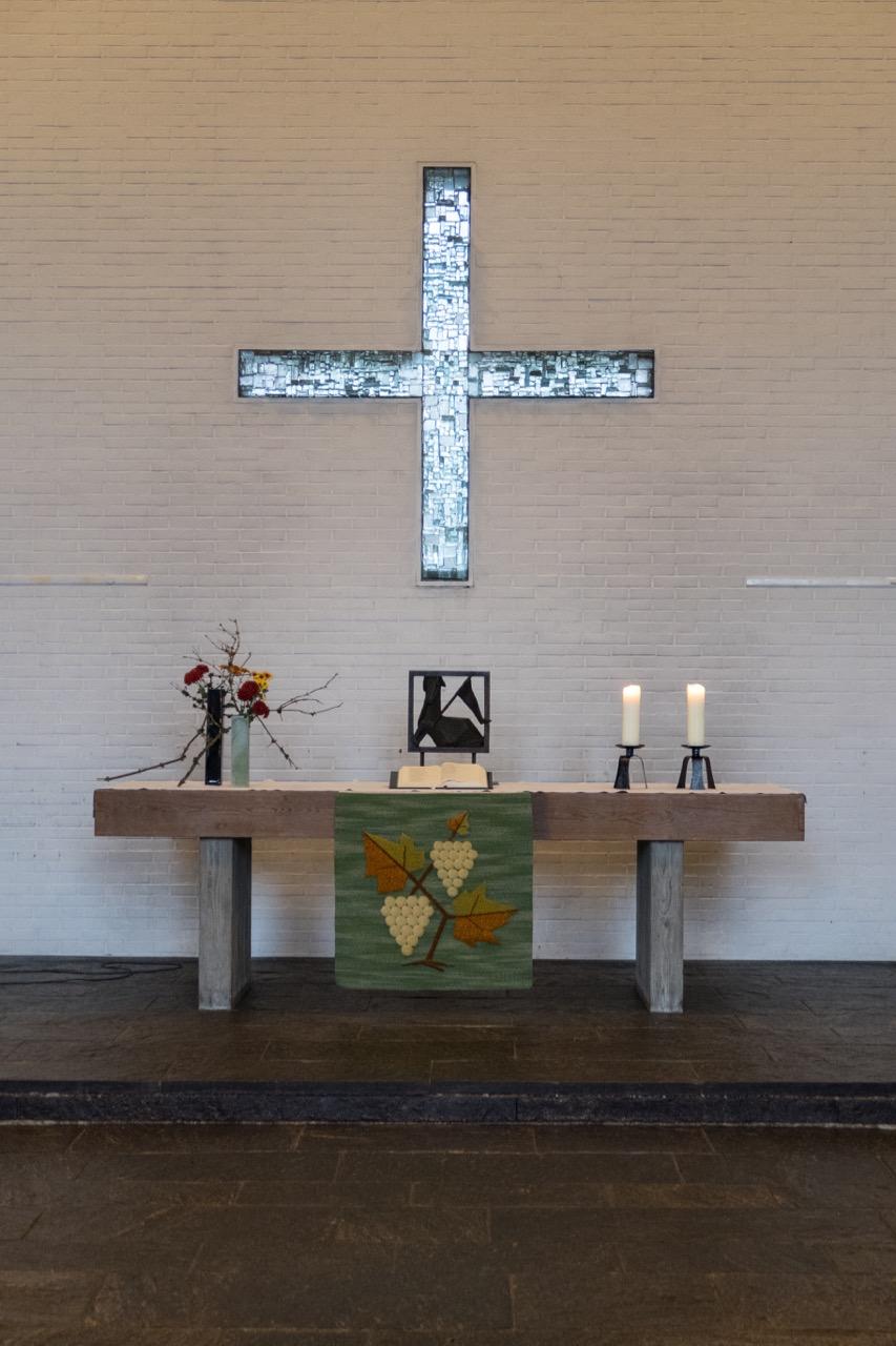 Altar mit Fensterkreuz (Gerhard Dreher, 1963)