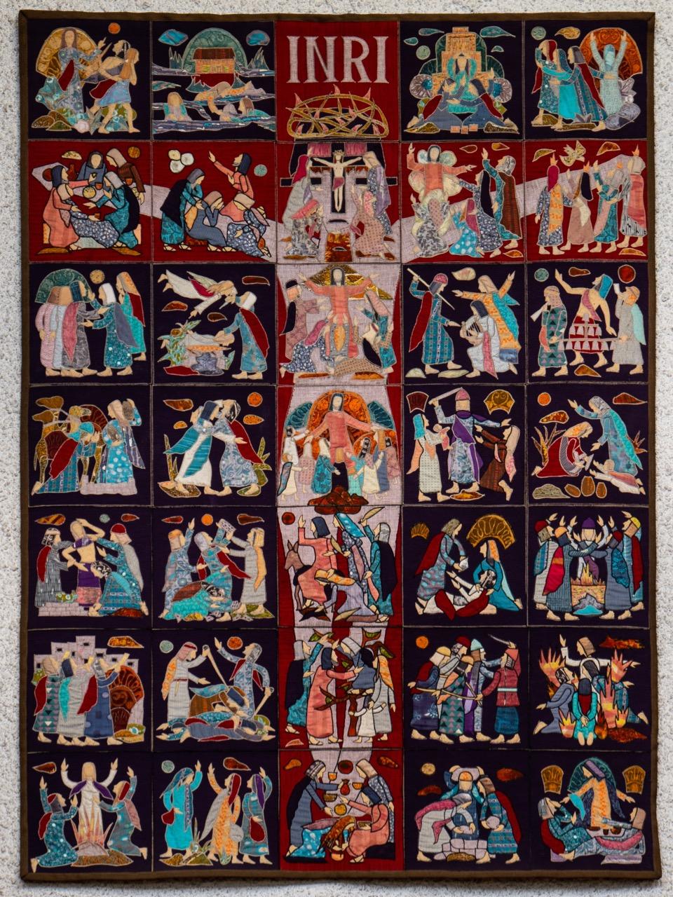 Wandbehang im Altarraum mit 35 Einzelbildern aus dem alten und neuen Testament (Sieglinde Wilk, 1973)