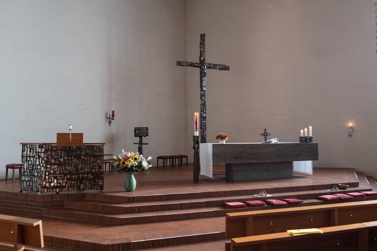 Altarraum (Kruzifix, Tabernakel und Ambo von Hermann Brühl, 1966)