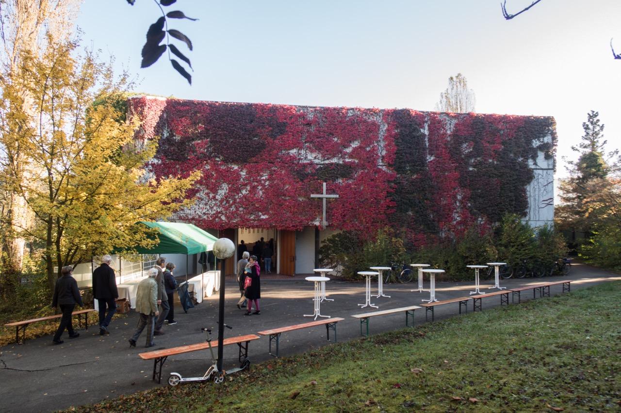 Eingangsfassade im Herbst