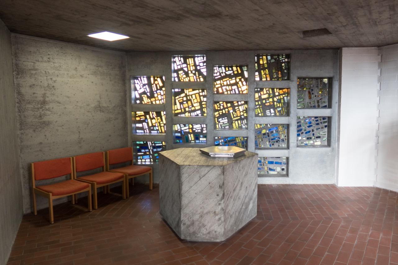 Taufkapelle (Taufstein Karl Rith 1966, Fenster Kurt Nusser 1966)