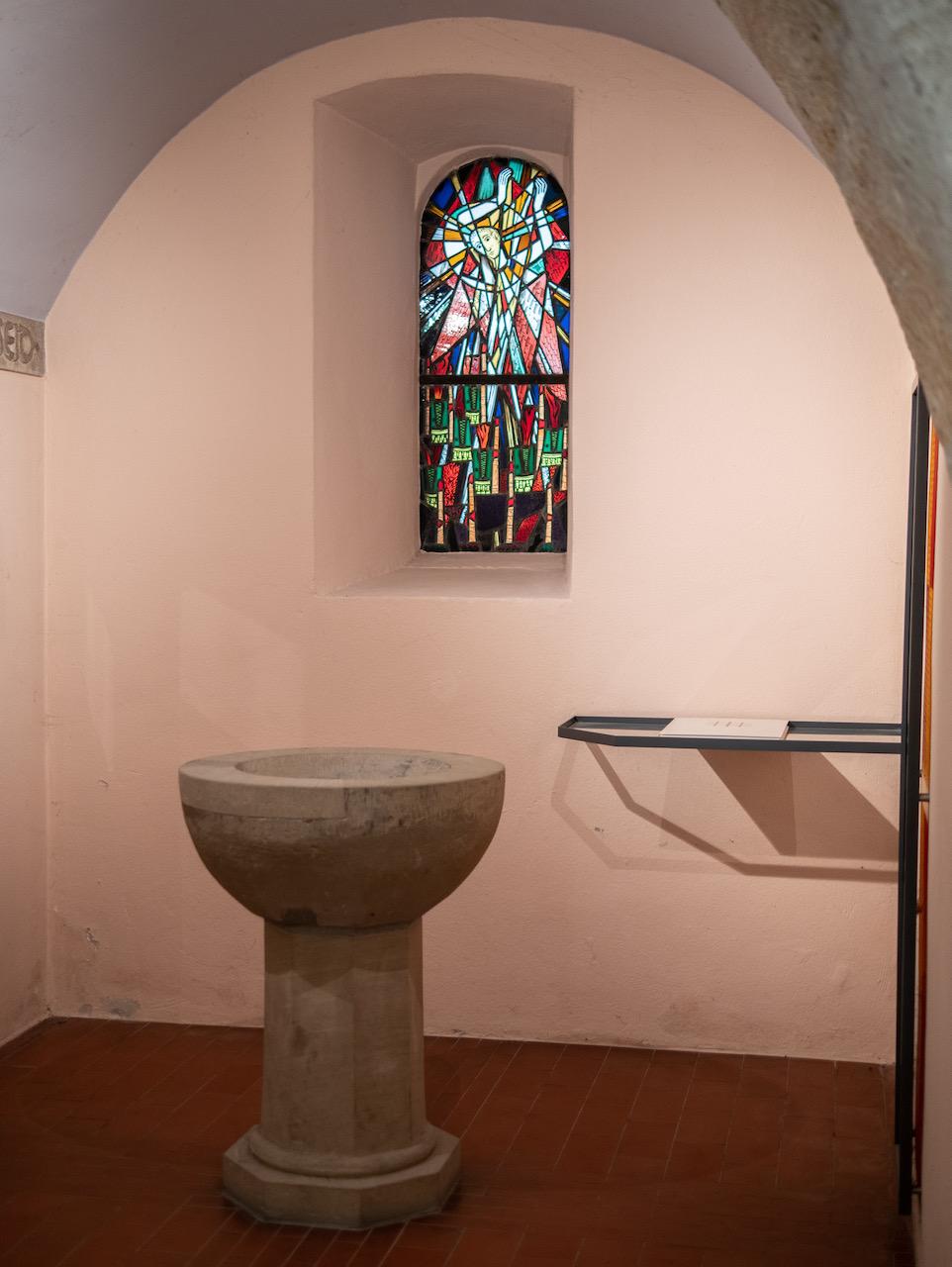 Turmraum aus dem 15. Jh. mit Taufstein aus der Vorgängerkirche und Buntglasfenster mit Darstellung des Erzengels Michael (Wolf-Dieter Kohler)