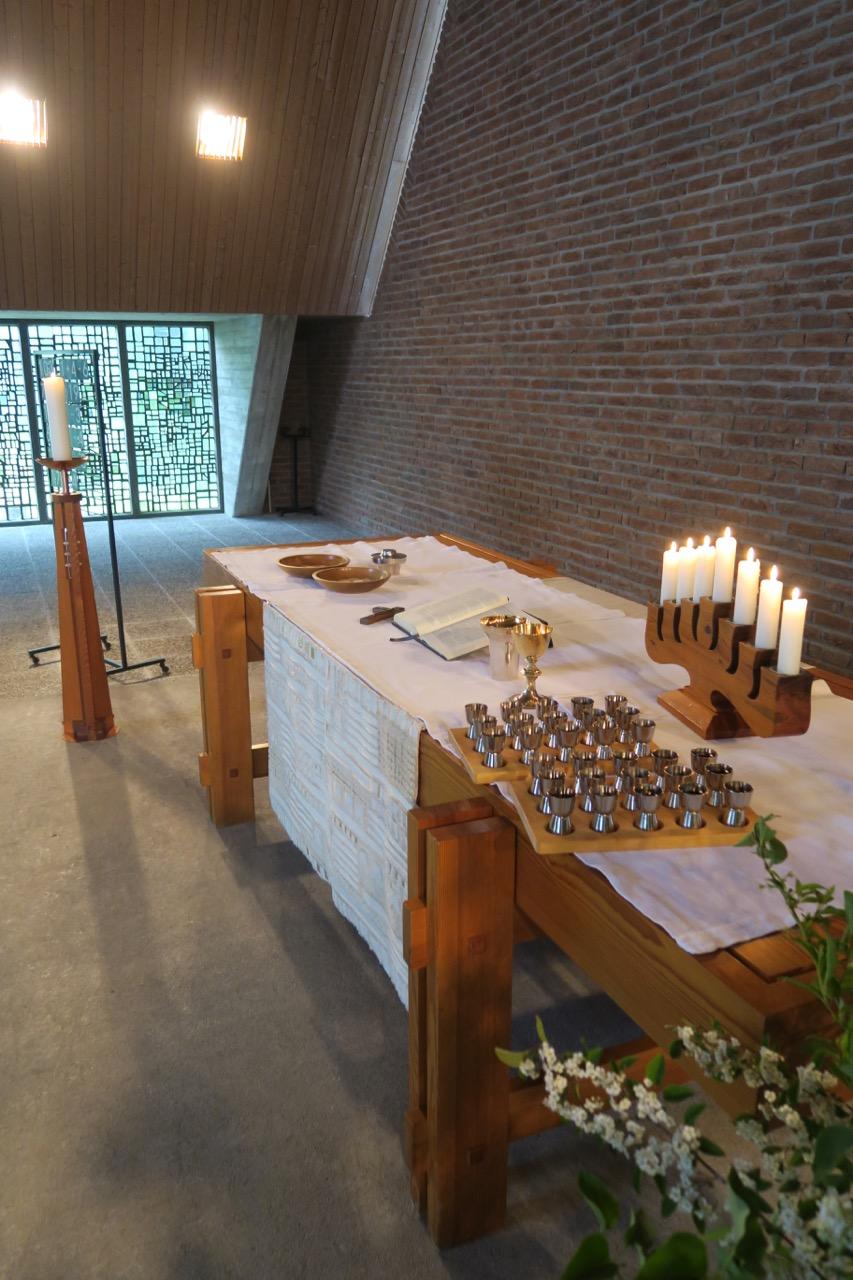 """Zum <a href=""""https://www.visit-a-church.info/glossary#Eucharistie"""" target=""""_blank"""">Abendmahl</a> vorbereiteter Altar"""