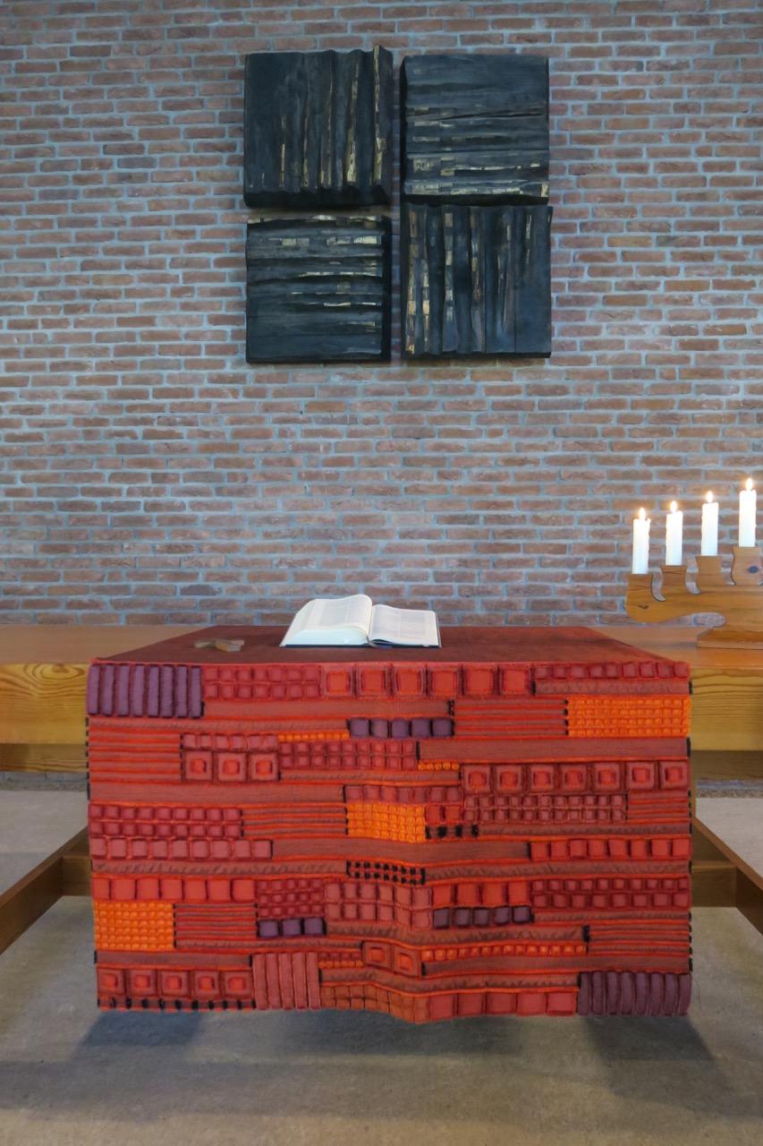"<a href=""https://www.visit-a-church.info/glossary#Altar"" target=""_blank"">Altar</a> und Holzkreuz (Franz Bucher, 1967)"