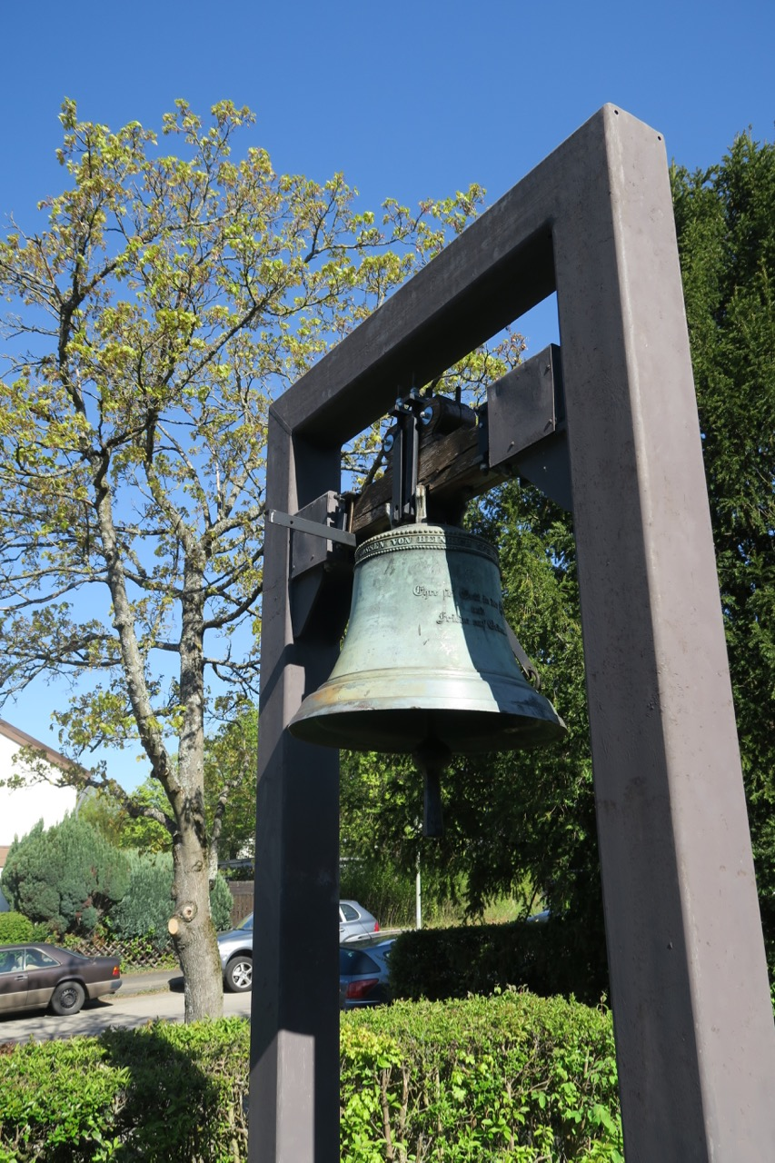 Glocke (Heinrich Kurtz, 1859) mit Glockengestell (1986)