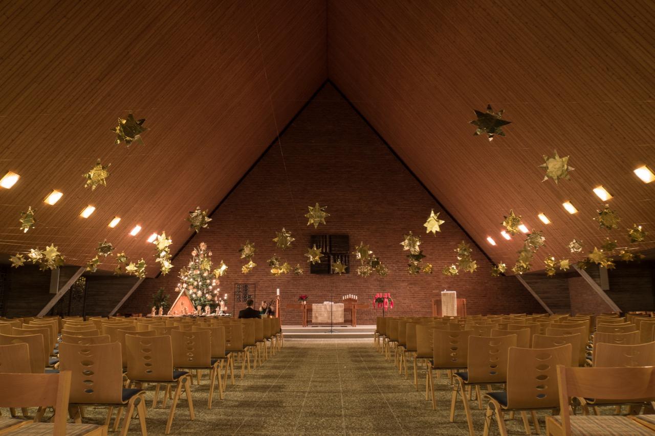 Weihnachtlich geschmückter Innenraum