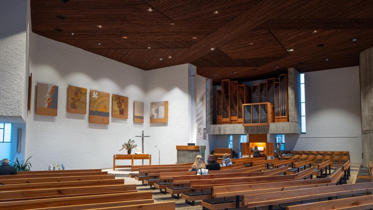 Seitliche Innenansicht zur Orgel