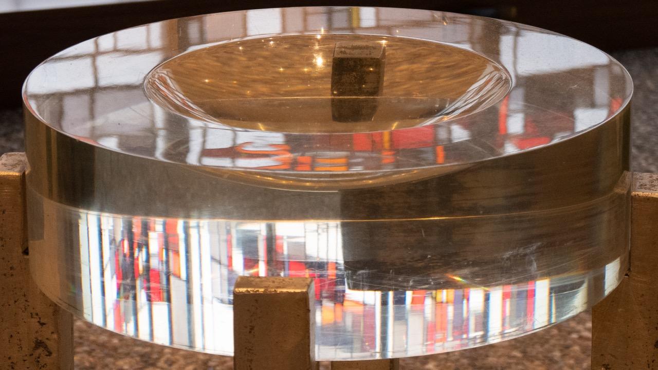 Taufbecken aus Plexiglas, Brechung der dahinterliegenden Buntglasfenster