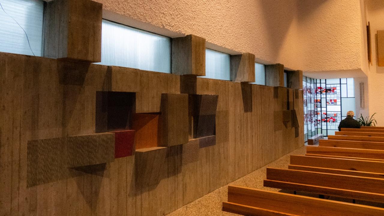 Farbiges Betonfries an der Ostwand (Emil Kiess)