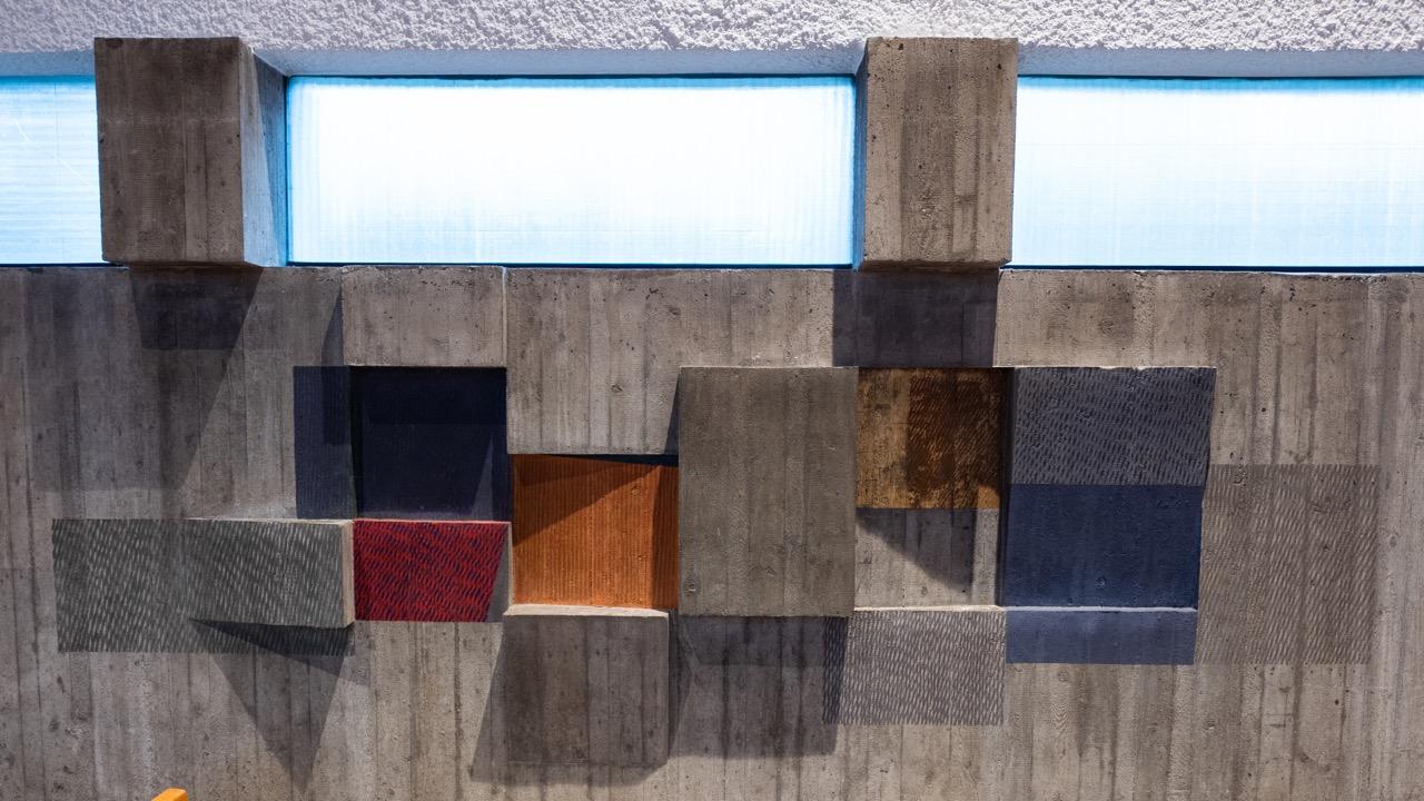 Farbiges Betonfries an der Ostwand (Emil Kiess), Detail