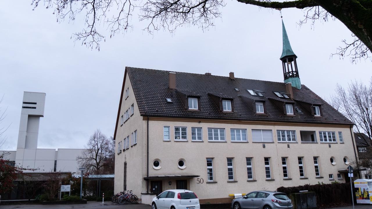 Ansicht von Nordwesten, links die neue Gartenstadtkirche