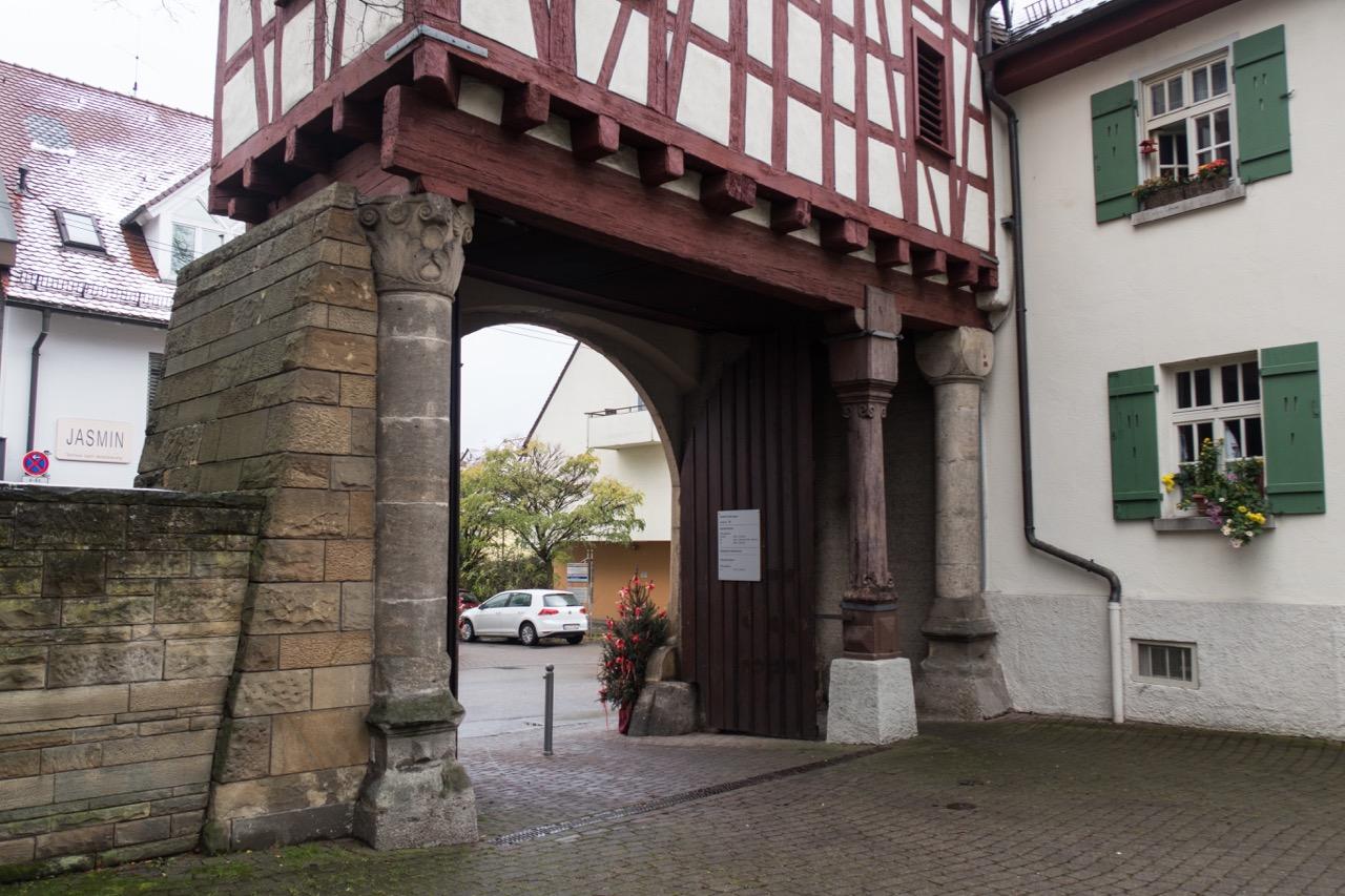 Säulen der romanischen Vorgängerkirche im Spitalhof Möhringen