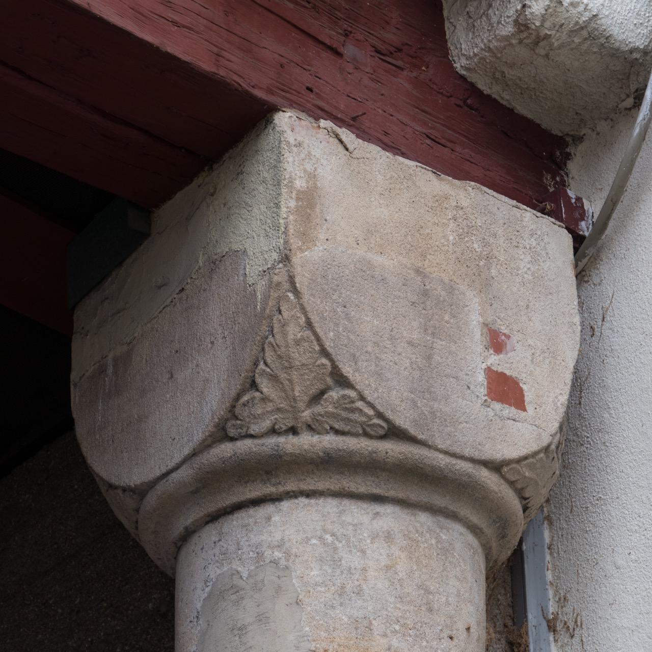 Romanische Säule im Spitalhof, Würfelkapitell