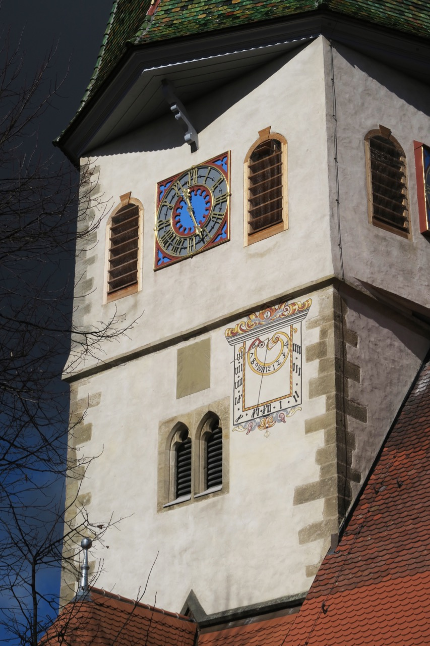 Sonnenuhr (1751) und Kirchturmuhr (1900)