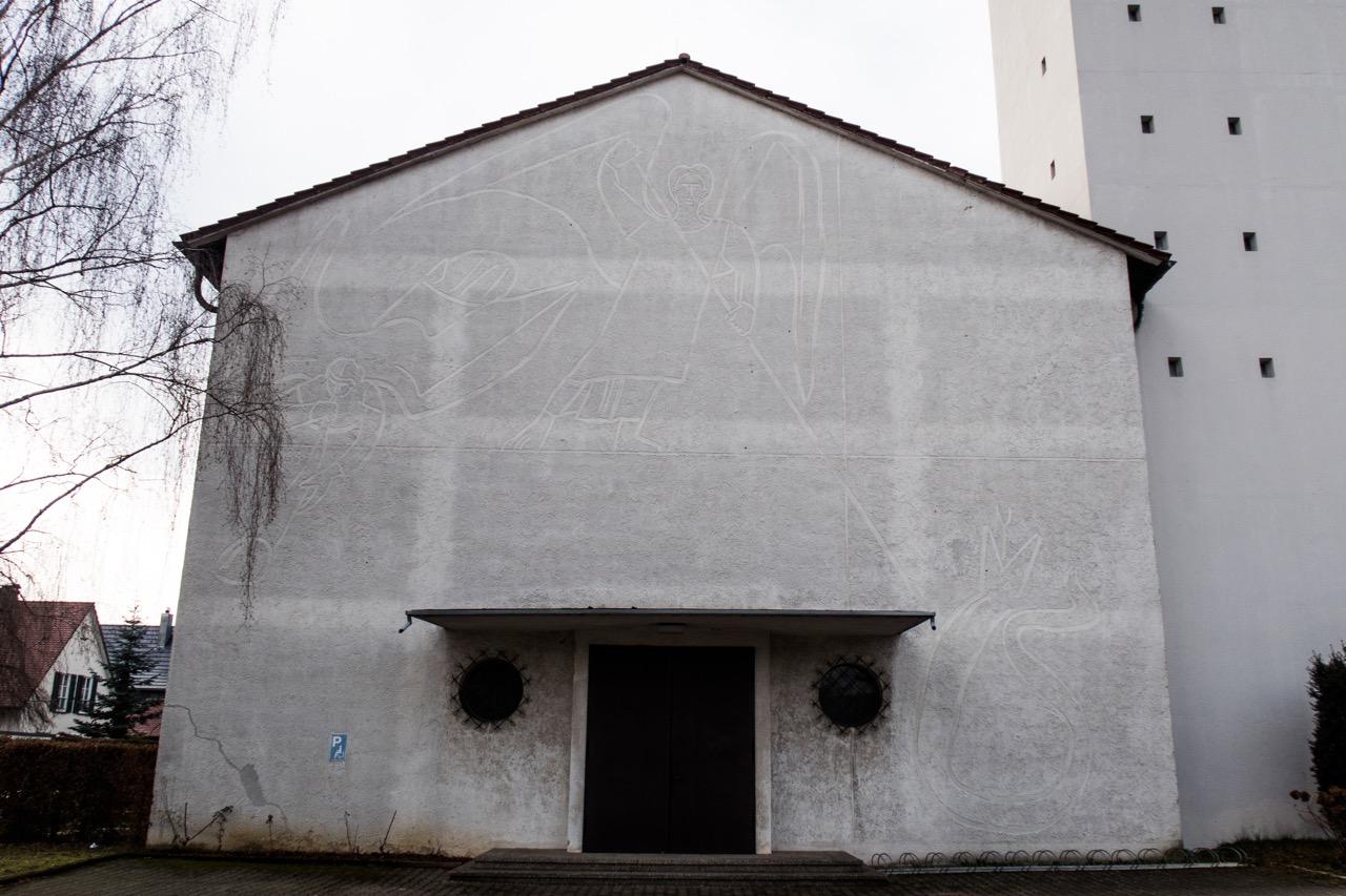 Nordostansicht mit Graffito von Wilhelm Geyer