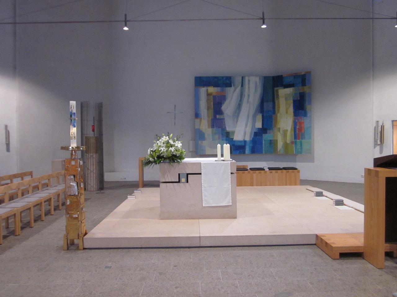 Altarraum mit Meditationsbild (K.-P. Blau, 1999)