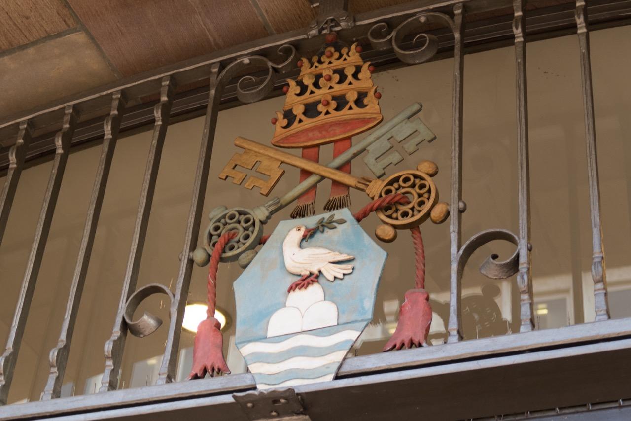 Wappen über dem Eingang von Papst Pius XII., der zur Zeit der Weihe der Kirche regierte