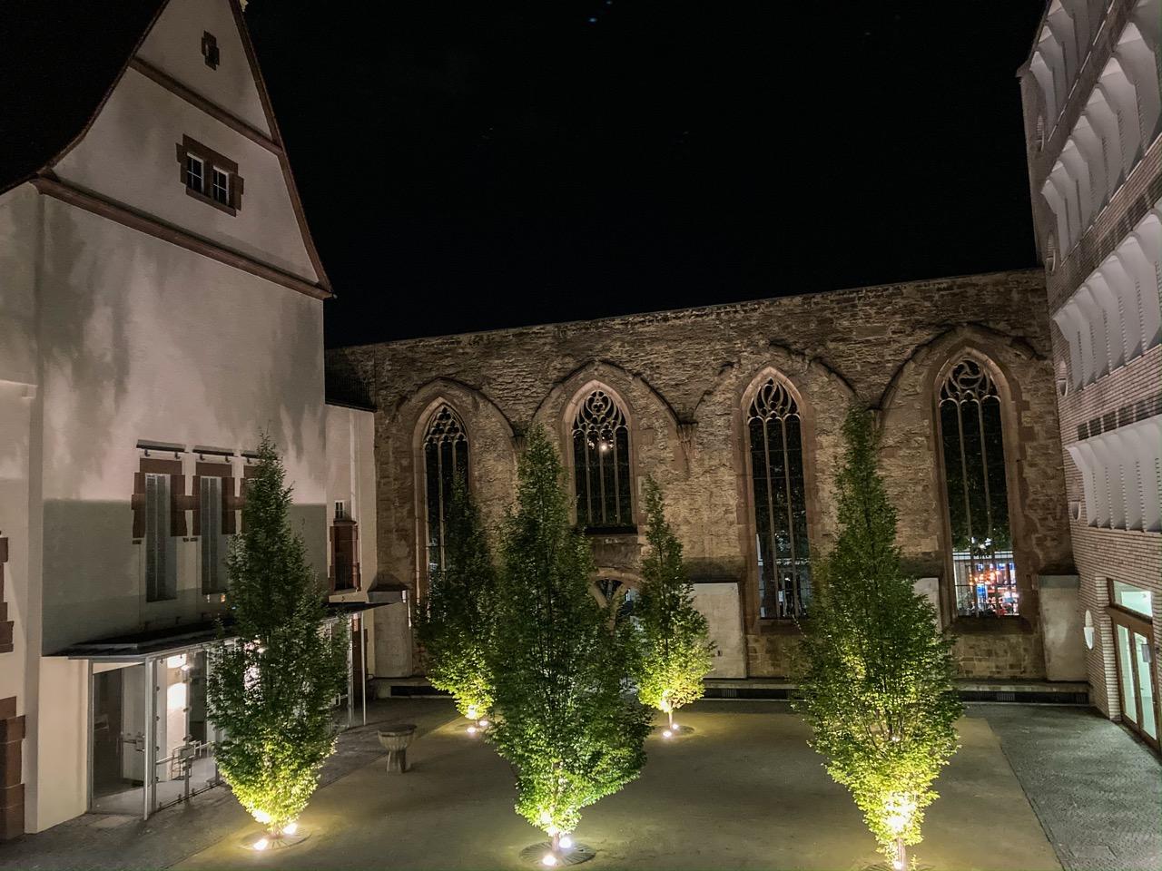 Innenhof bei Nacht