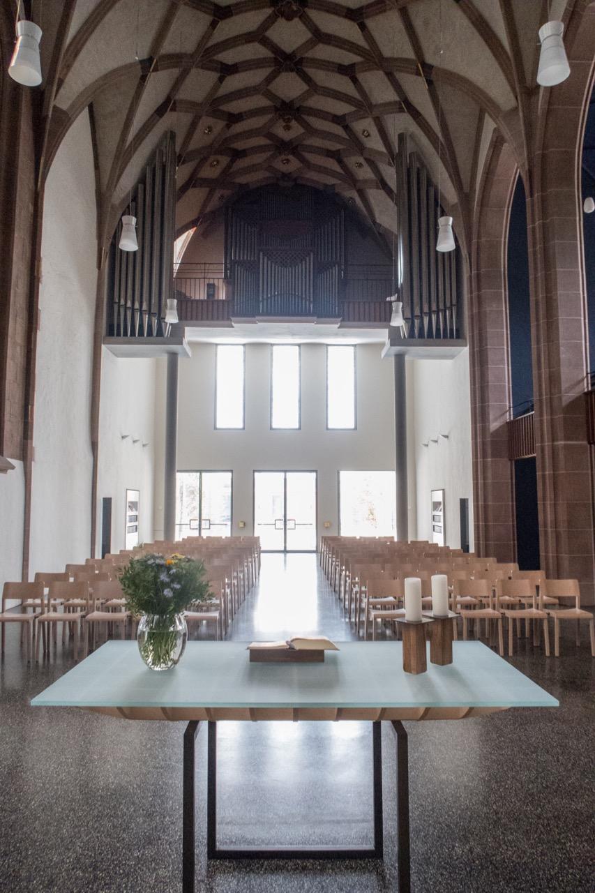 Altar und Orgelempore