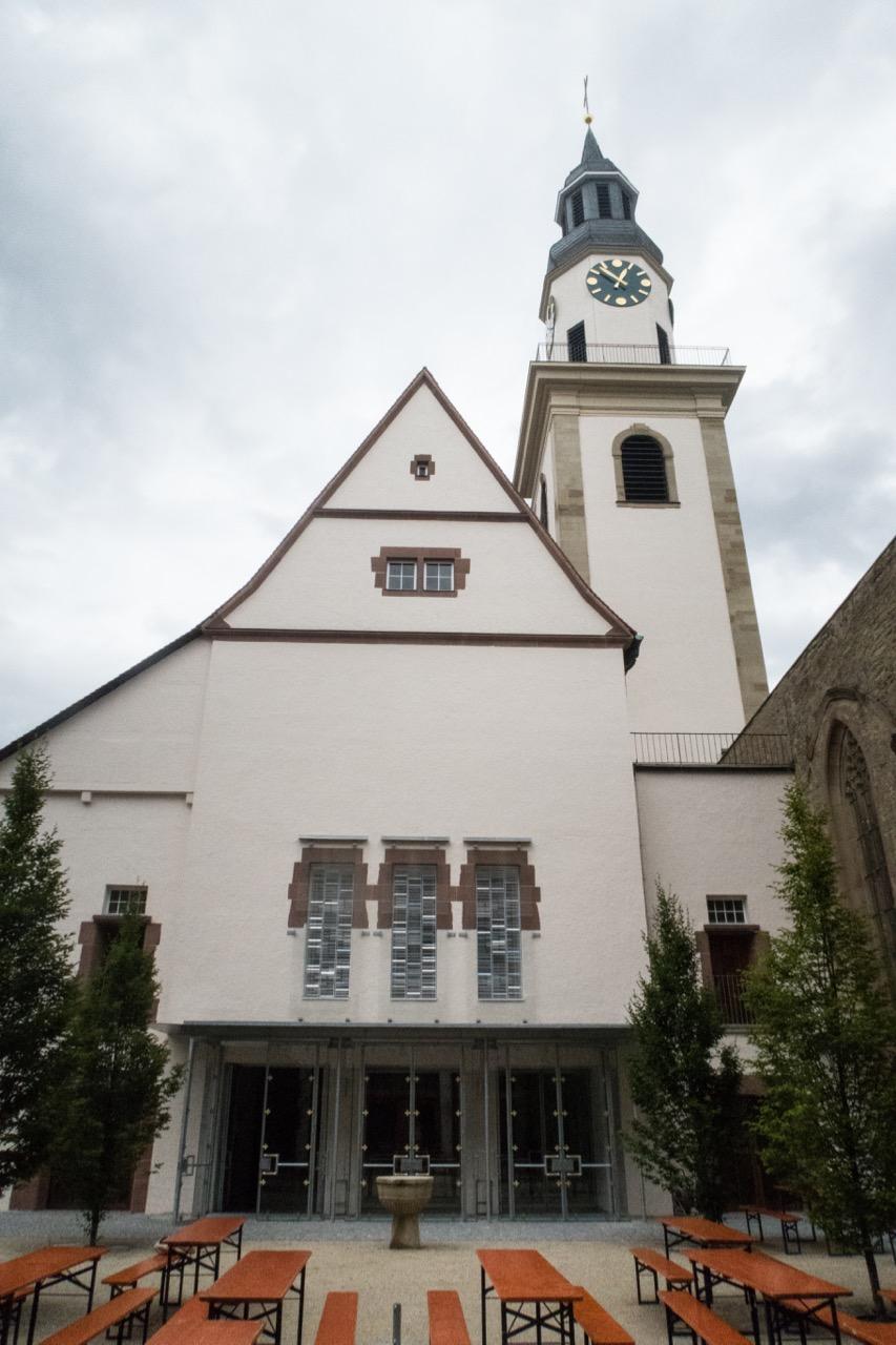 Südwestansicht mit Taufstein im Innenhof