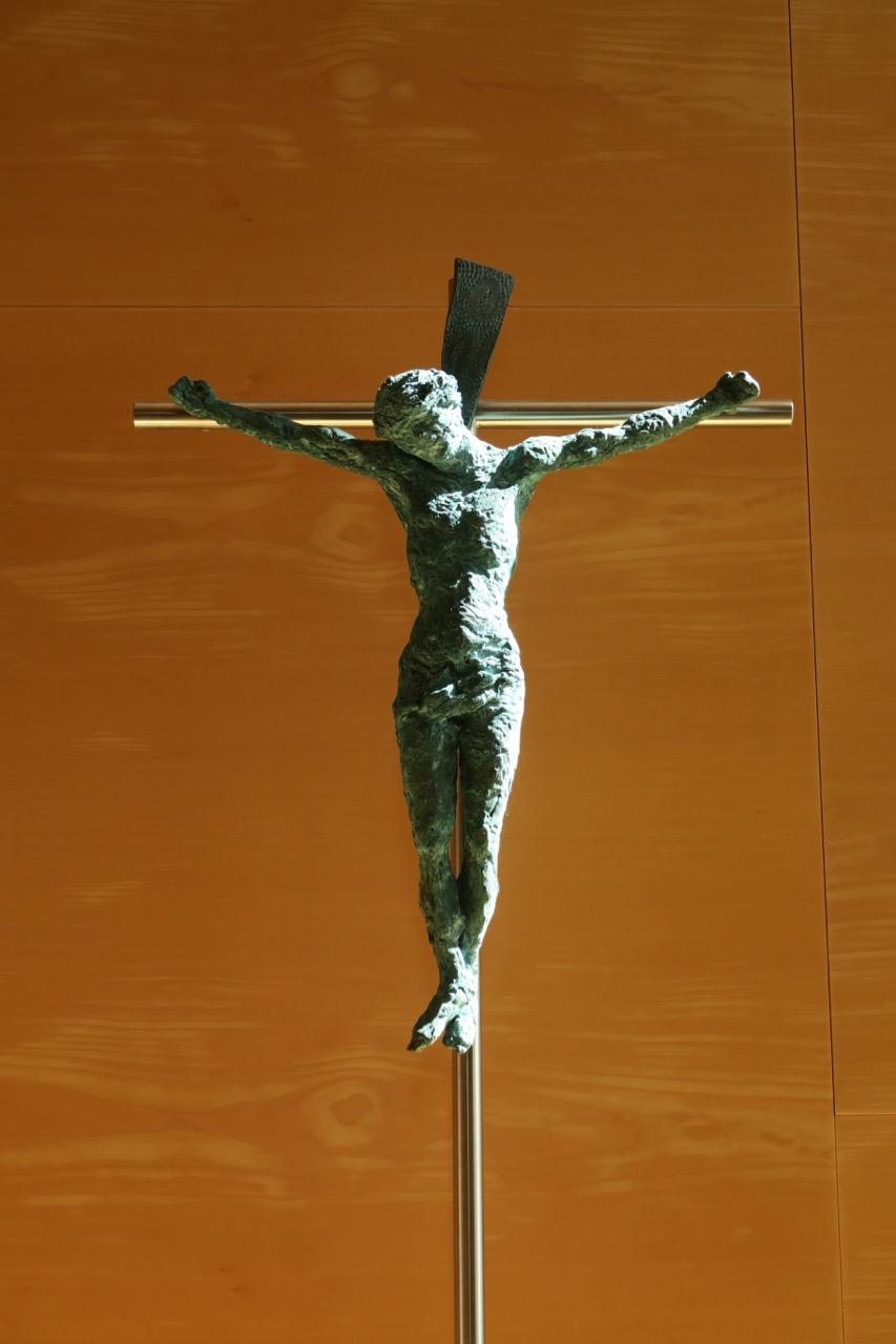 Vortragekreuz mit bronzenem Christus-Korpus (Joachim Sauter, 2000)