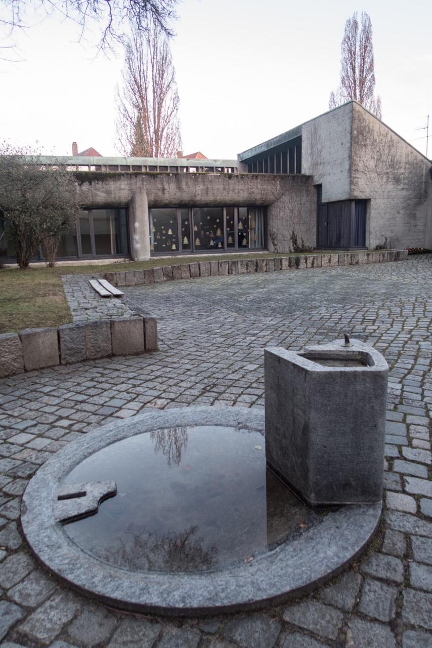 Brunnen am Eingang des Innenhofs