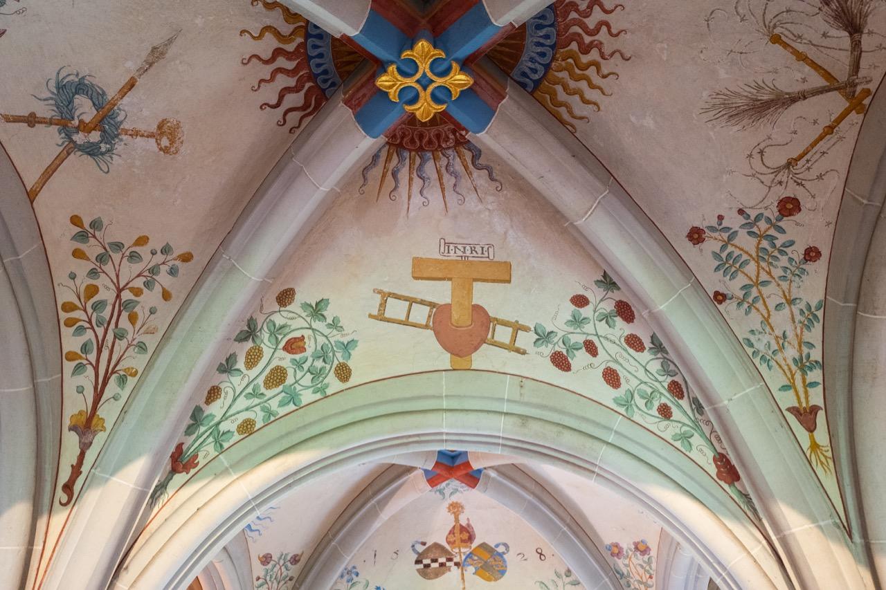 Fresko mit weißen und roten Weinreben an der Decke des Kapitelsaals