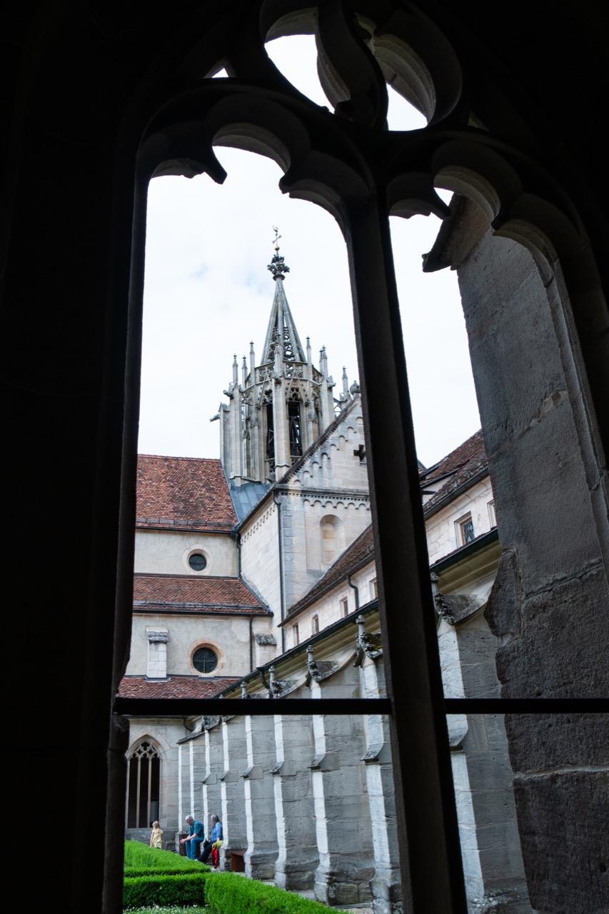 Blick über den Kreuzgang zur Klosterkirche