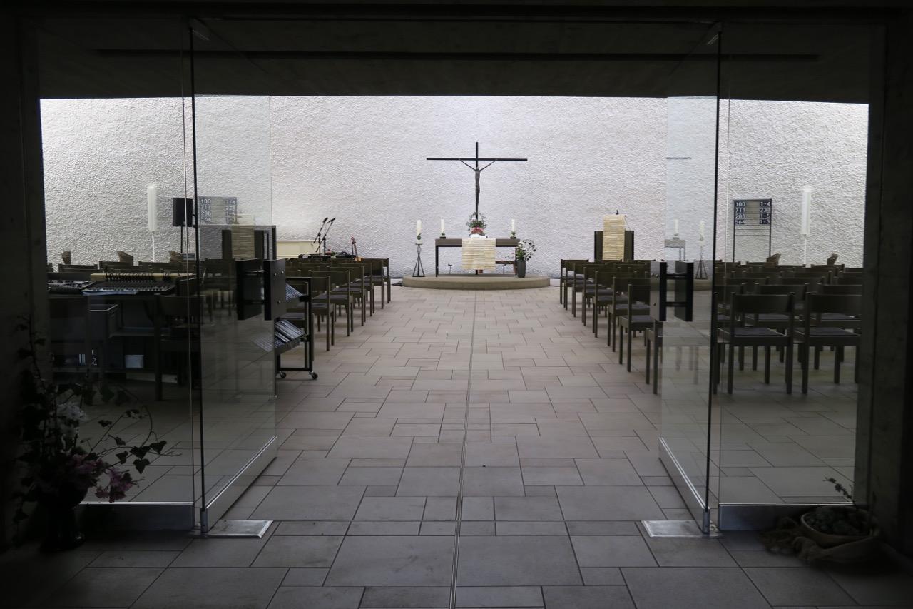 Blick aus dem Eingang in den Kirchenraum