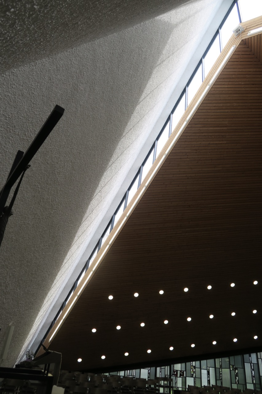 Lichtband zur Beleuchtung der Altarwand
