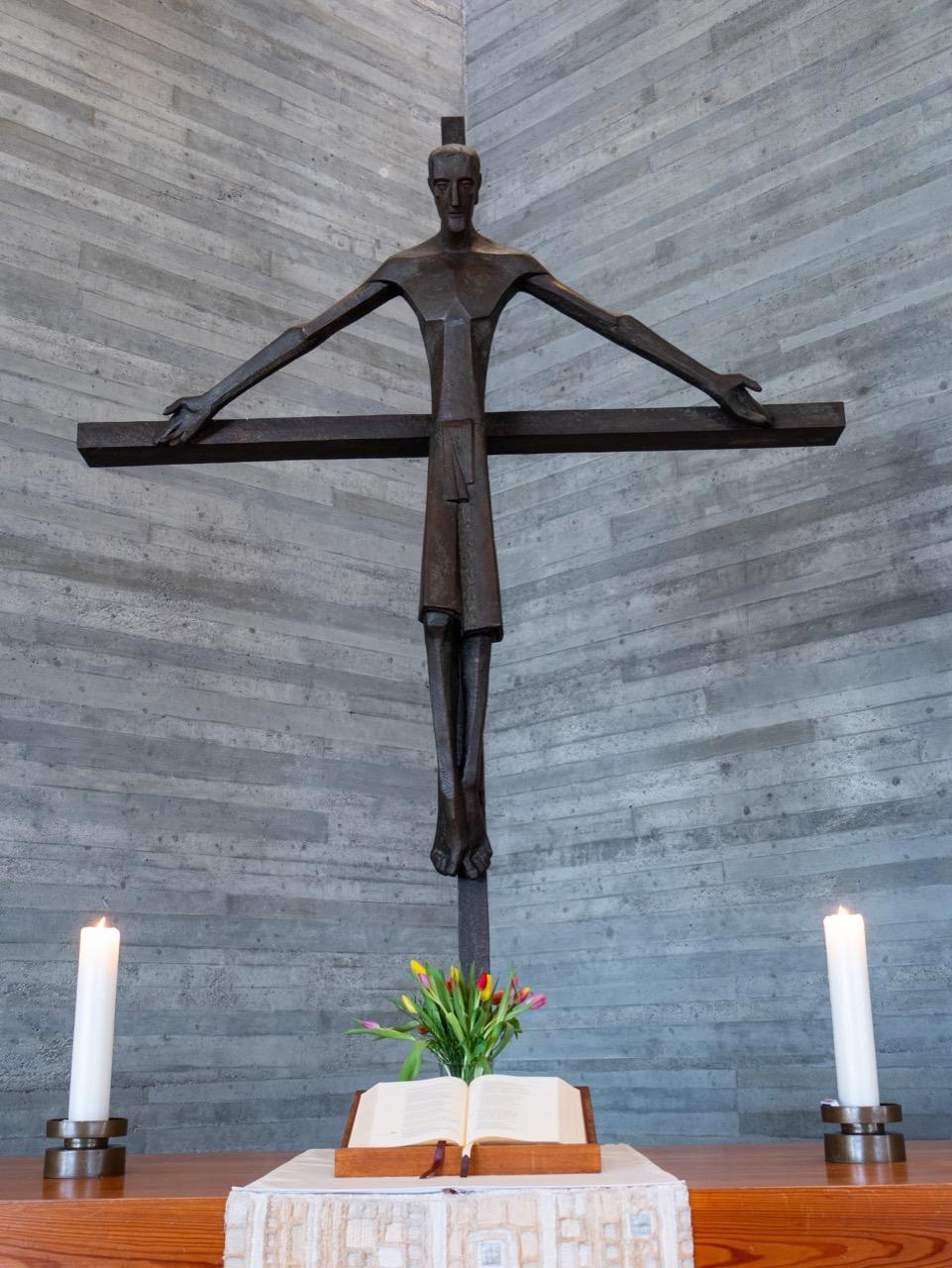 Bronze-Kruzifix (Albrecht Kneer, 1965)