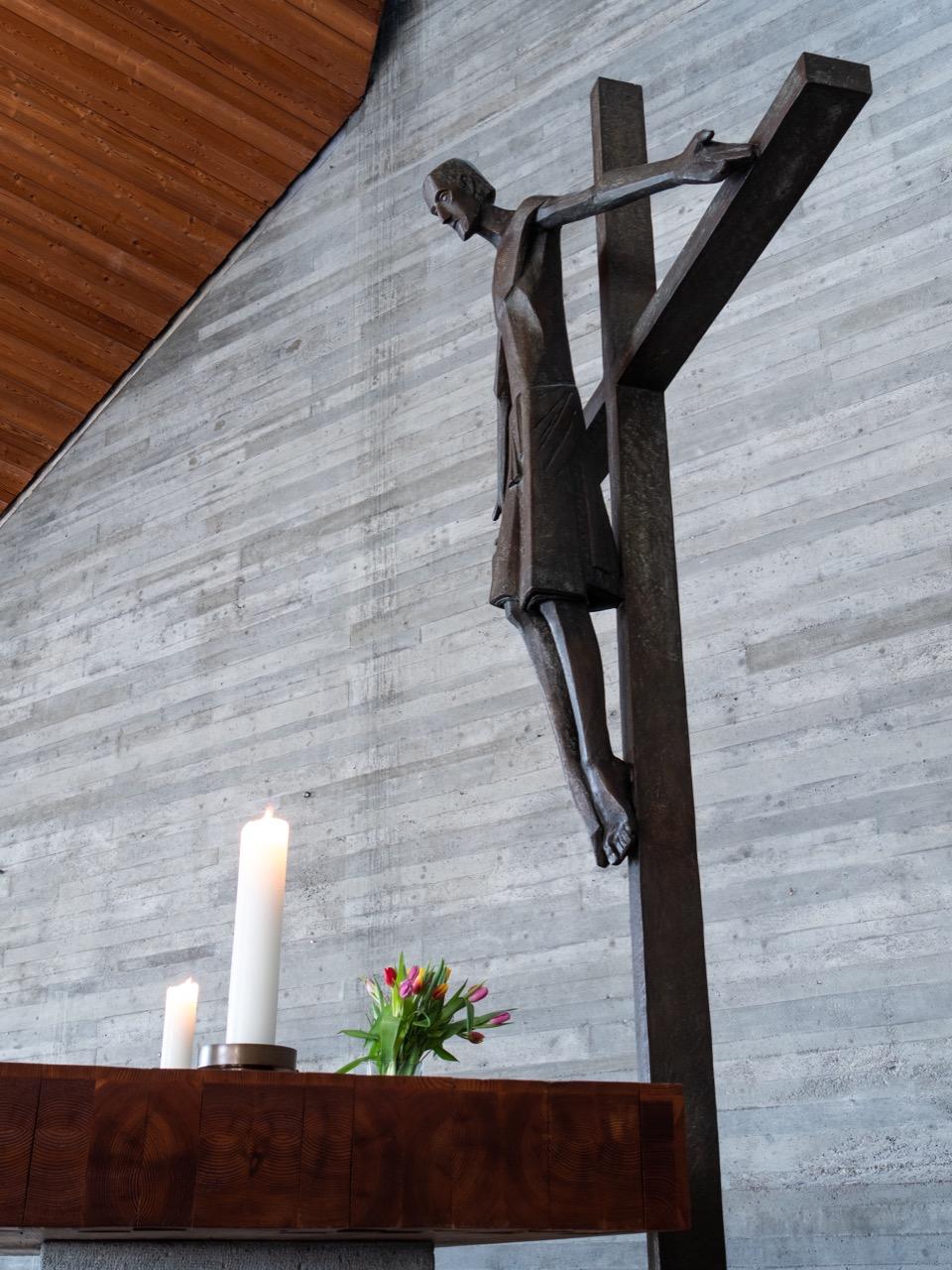 Bronze-Kruzifix (Albrecht Kneer, 1965) von der Seite