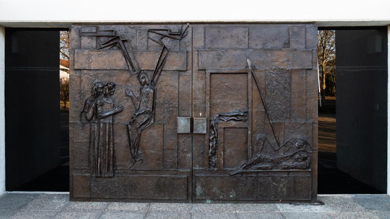 """Bronzeportal mit Darstellung des """"leeren Grabs"""" nach dem Matthäus-Evangelium (Albrecht Kneer, 1979)"""