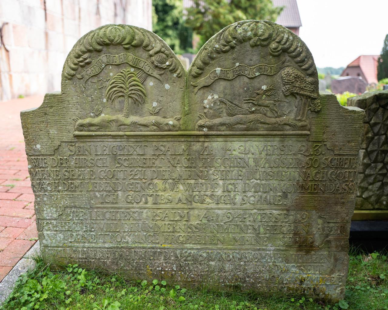 Grabstein mit der Inschrift: Gedrückt. Erquickt - Gehetzt. Ergetzt