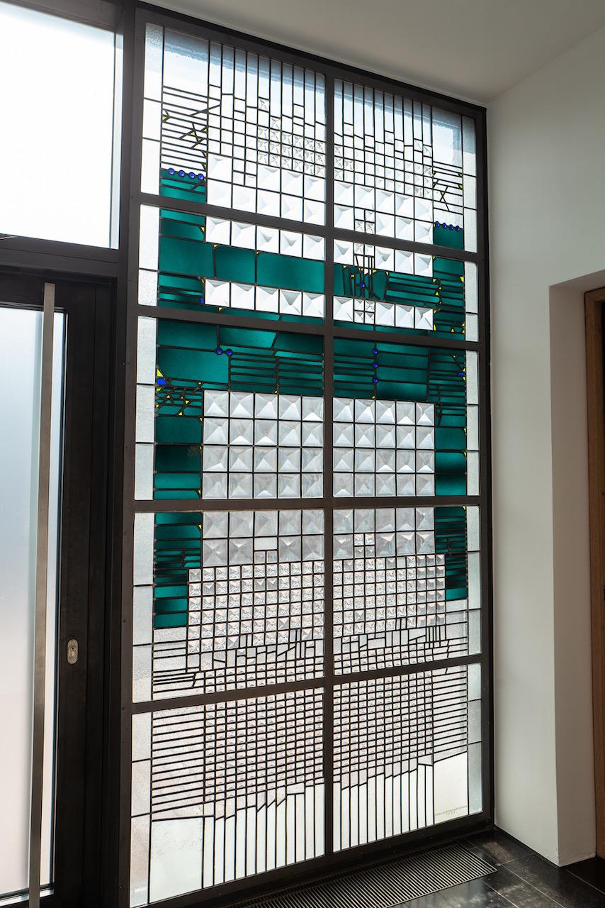 Buntglasfenster am Nebeneingang
