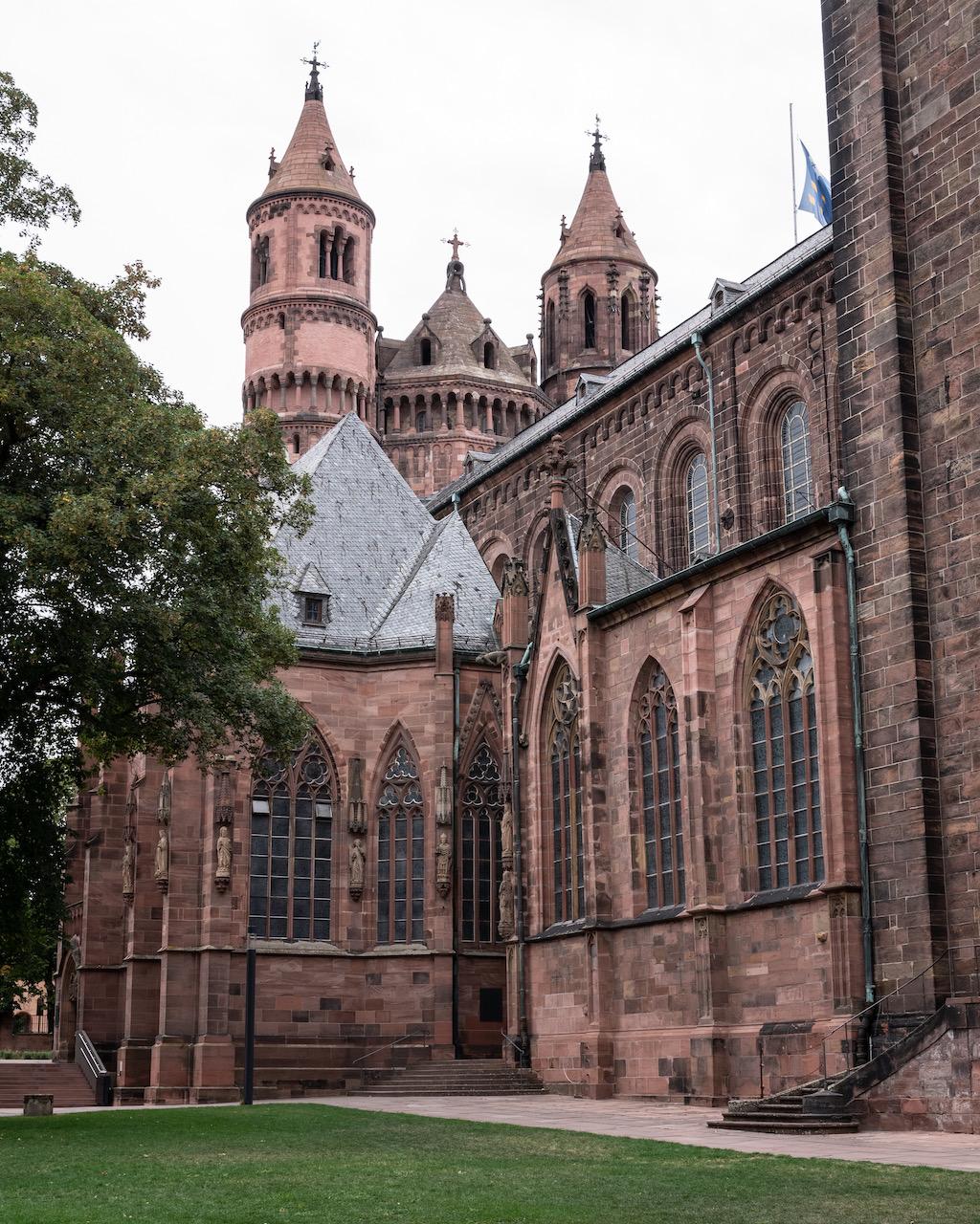 Blick auf die Südseite von Osten mit Georgskapelle, Annenkapelle, Nikolauskapelle und Westtürmen