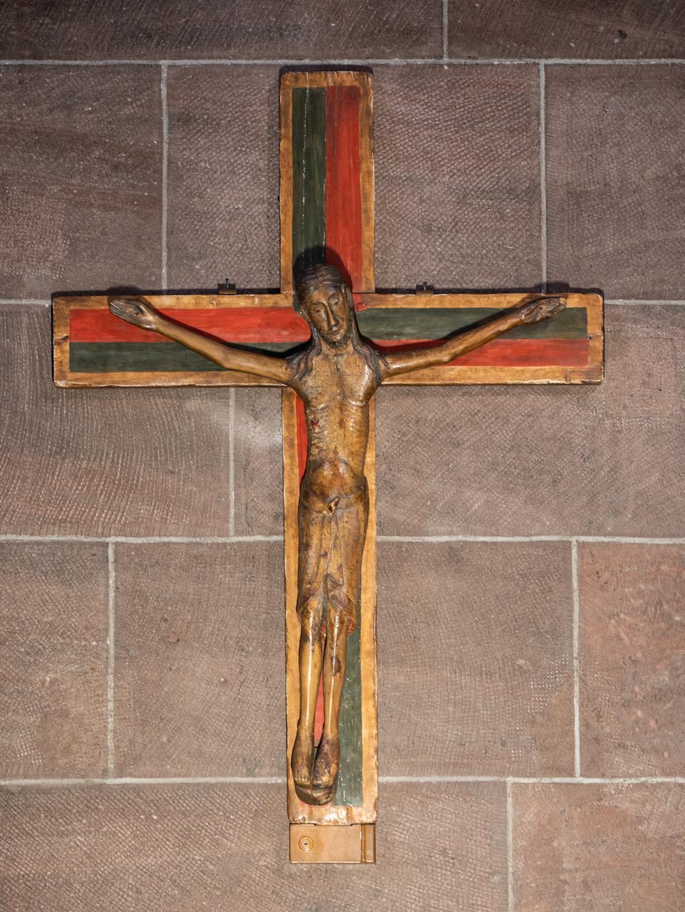 Romanische Christusfigur auf modernem Holzkreuz