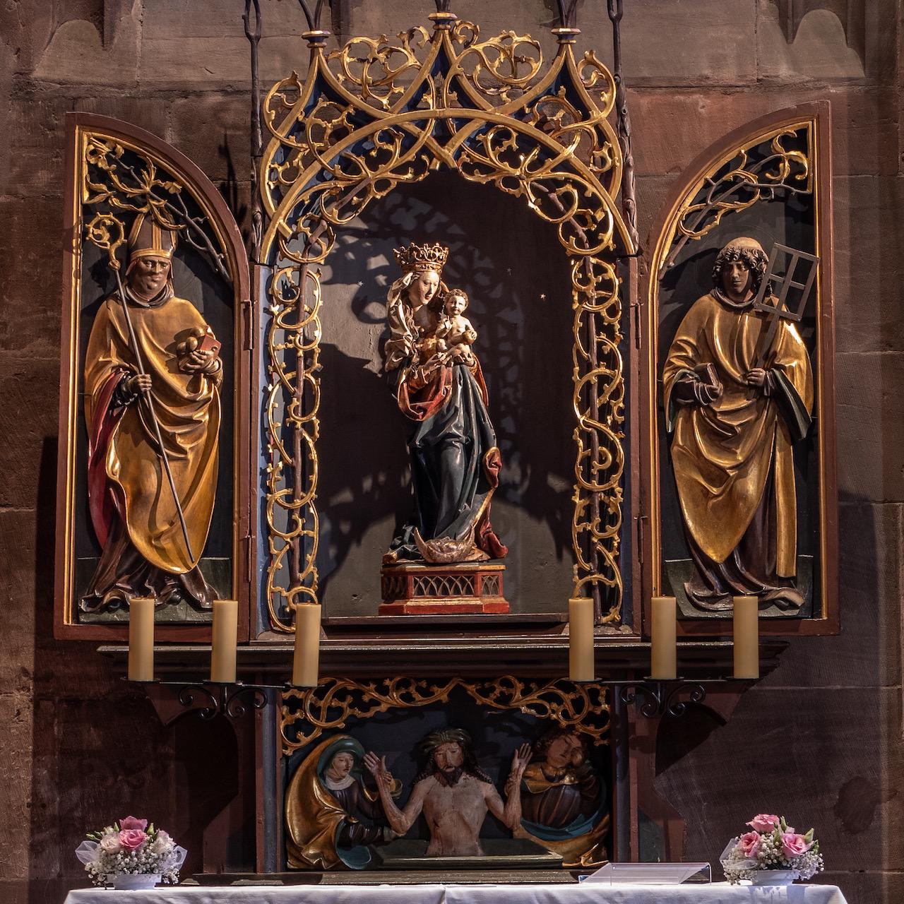 Nikolauskapelle, gotischer Schnitzaltar mit Skulptur der Jungfrau Maria im Rosenhag
