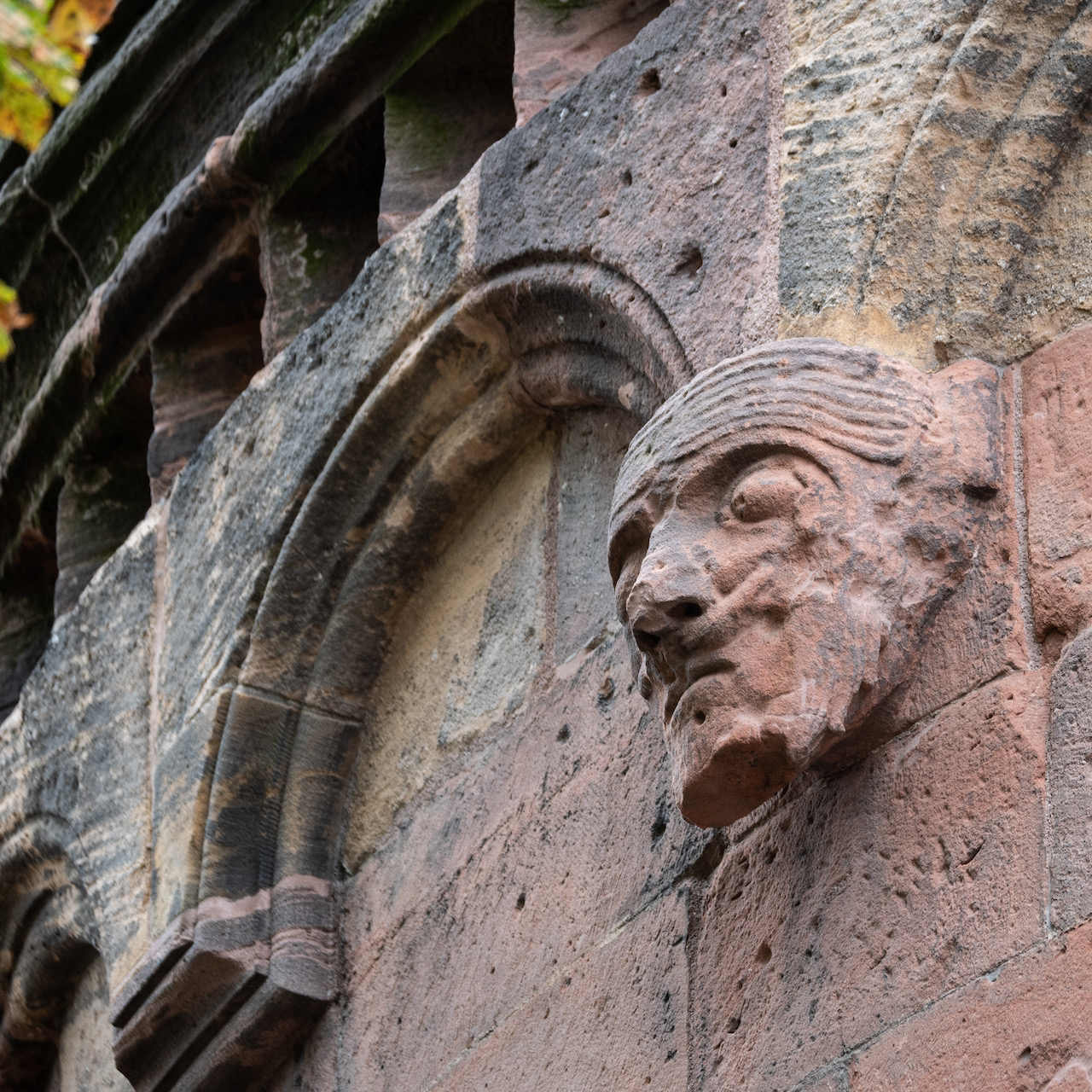 Konsolskulptur am Ostchor (Menschenkopf, um 1130)