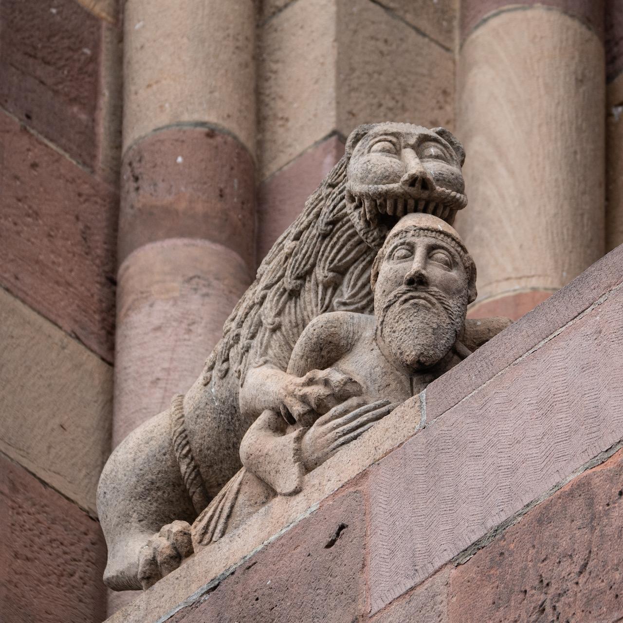 Ostchor, nördliches Ostfenster, Löwe, einen Mann verschlingend