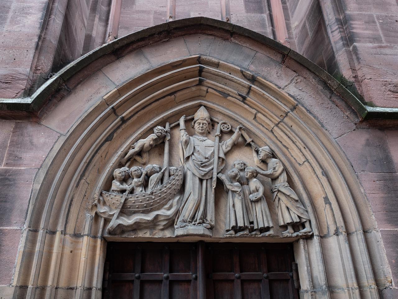 Nikolauskapelle, Tympanon über dem Portal
