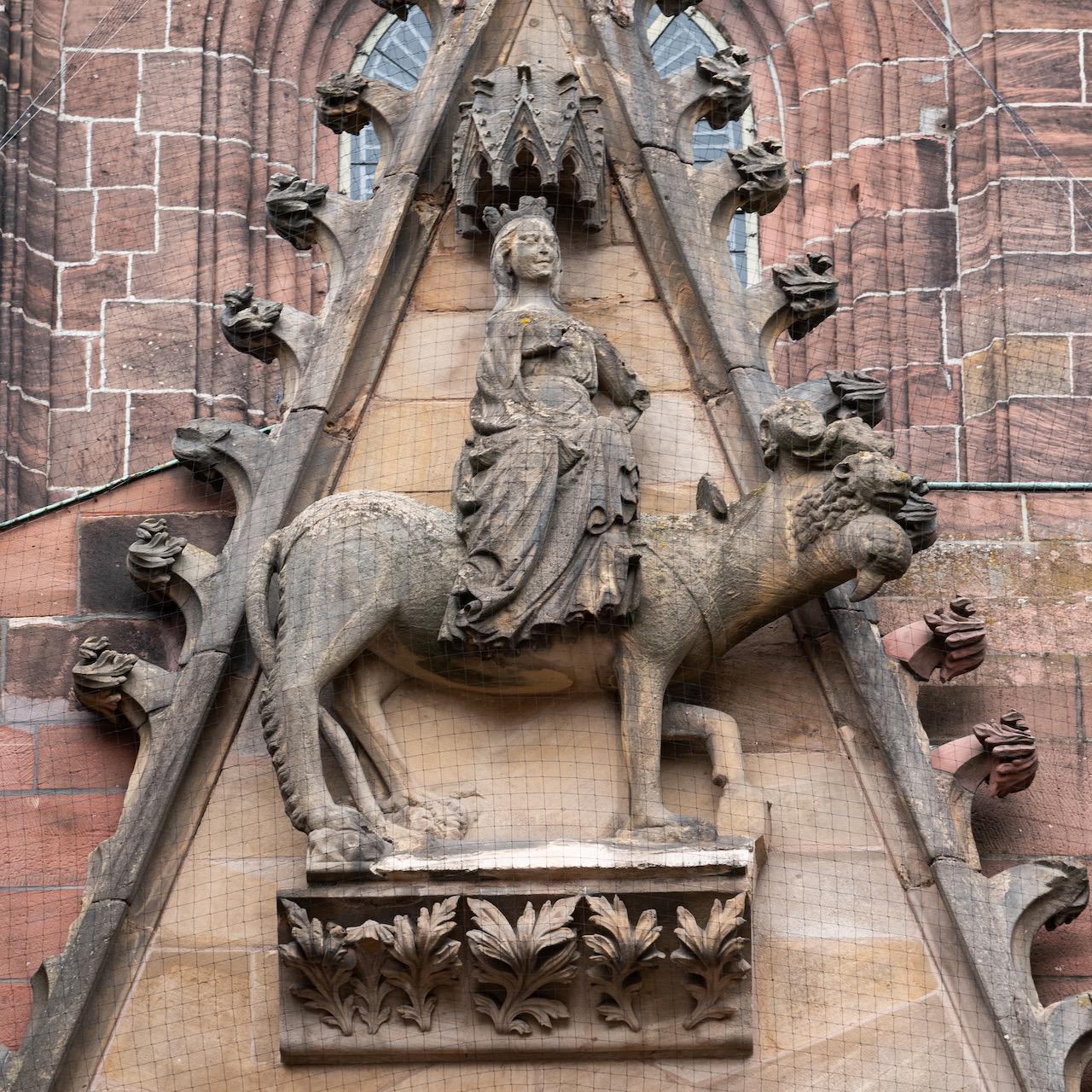 Südportal, Maria auf einem vierköpfigen Tier, das die vier Evangelisten symbolisiert