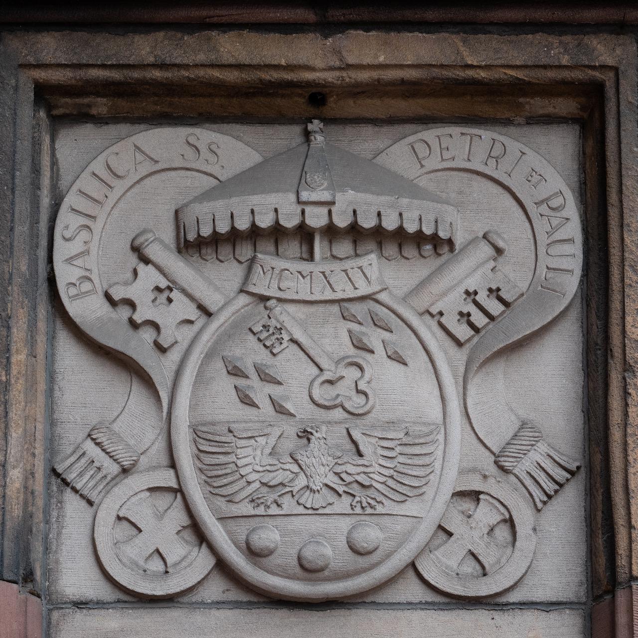 Relief mit den Insignien einer Basilica Minor