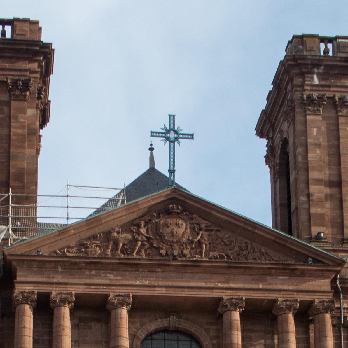 Kreuz auf dem Westportalgiebel als Beispiel für ein Akroterion