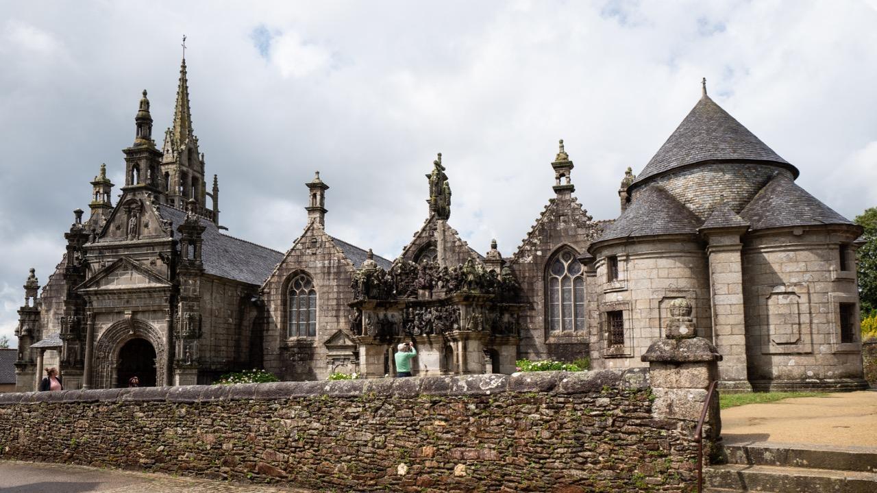 Außenansicht von Osten, rechts im Bild der runde Anbau der Sakristei