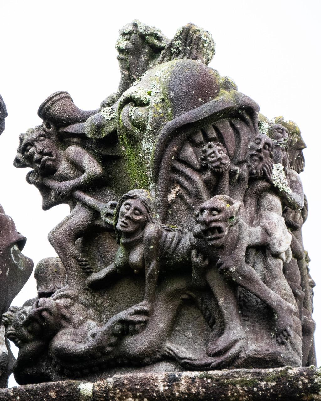 """Calvaire, Westseite, Teufelsgeliebte Katel Gollet (""""das verlorene Käthchen"""") auf dem Weg in die Hölle"""