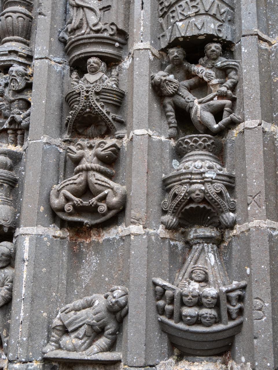 Portal der Südvorhalle, Detail (oben Noahs Rausch, unten Arche Noah)